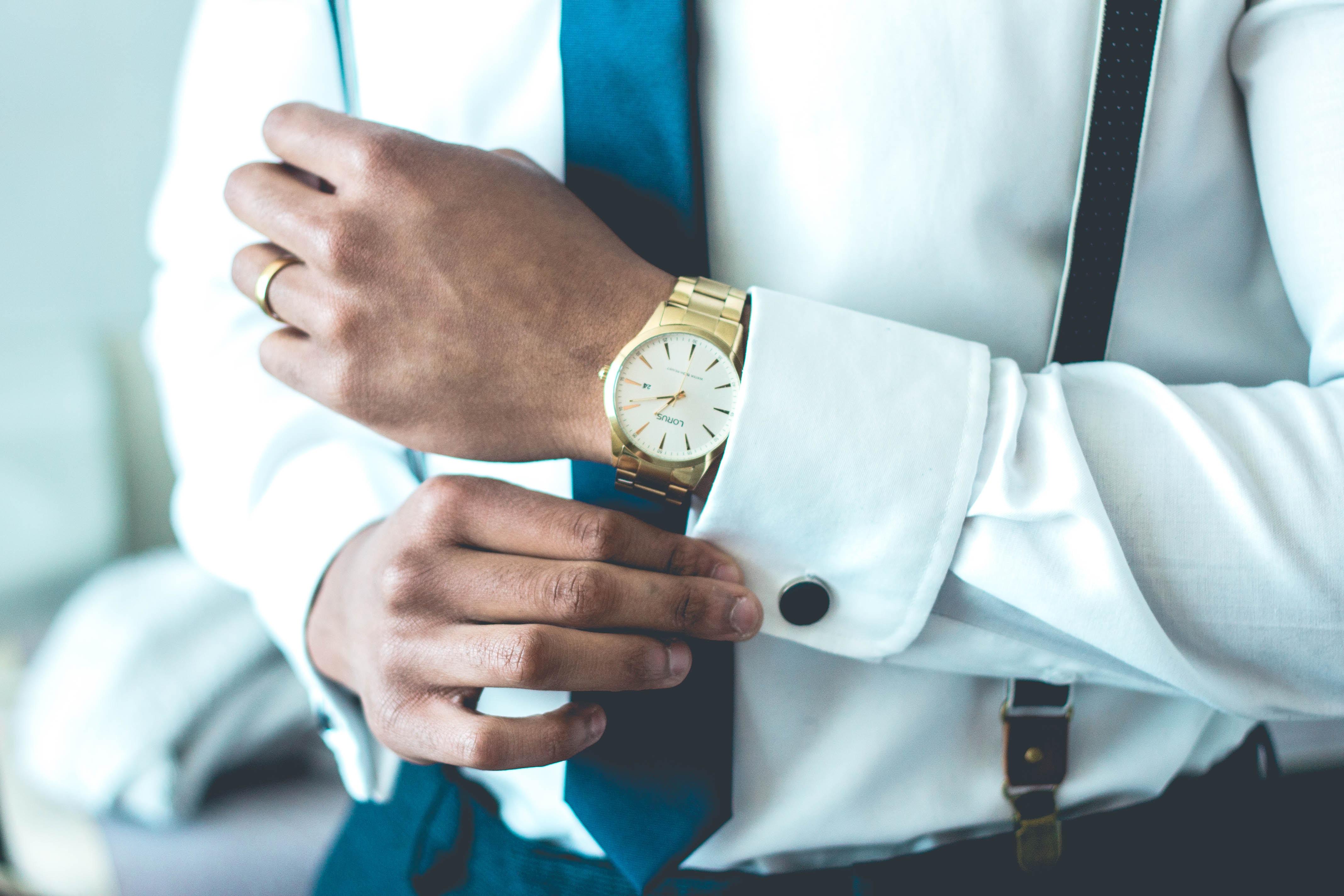 Mann mit Krawatte und Uhr