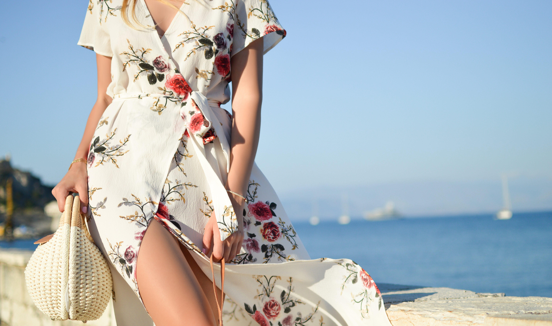 Frau mit Kleid am Meer