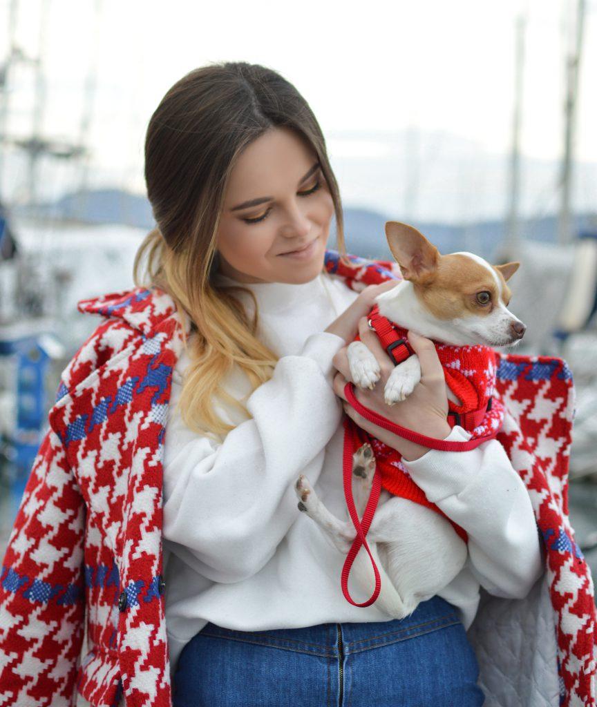 Mädchen mit Hund auf dem Arm