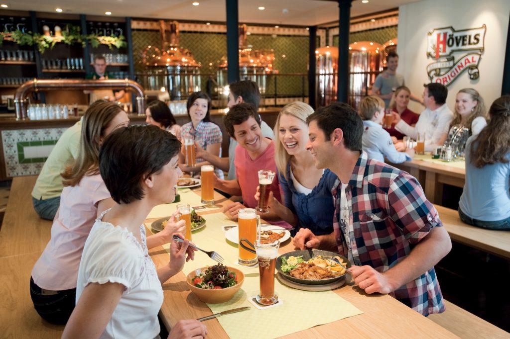 Gäste im AIDA Brauhaus