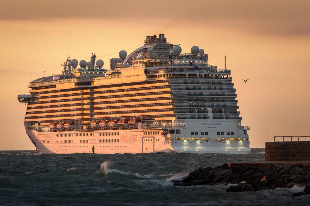 Kreuzfahrtschiff beim Sonnenuntergang