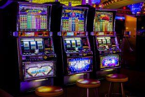 Verschiedene Spielautomaten im Casino